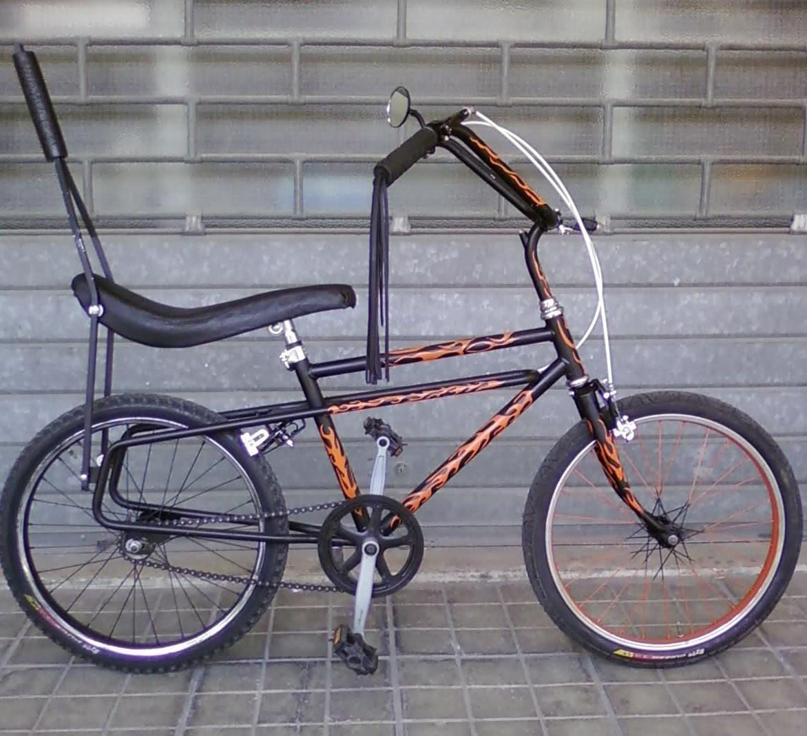una bicicletta anni '70 con i fronzoli sui pomelli del manubrio